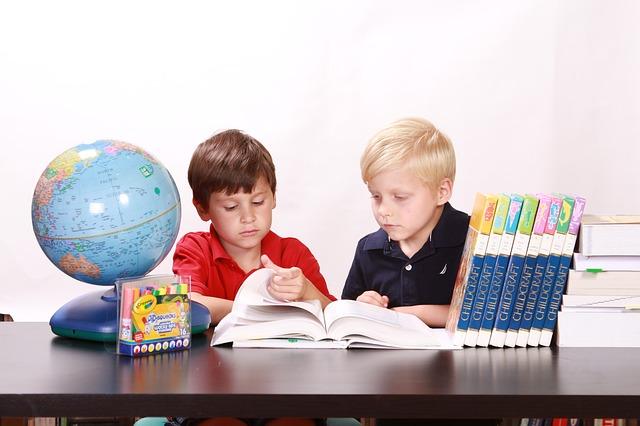 Niños estudiando academia cumbre